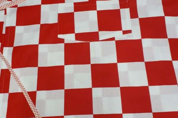Pregača s crveno bijelim kockicama